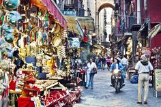 Napoli, innamorarsi in 10 mosse - Lonely Planet Naples, Amalfi, Best Cities, Lonely Planet, Times Square, Road Trip, Around The Worlds, Street View, The Incredibles