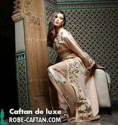 caftan marocain classe se montre sur une belle mannequin en ajoutant une beauté raffinante pour notre caftan marocain,la règle sera en vigueur aussi chez vous ,vous allez s'apparaitre telles que des princesses.