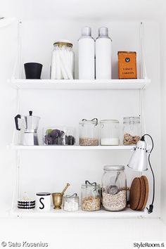 hylly,hyllyasetelma,keittiö,valkoinen,keittiön sisustus,keittiön pikkutavarat