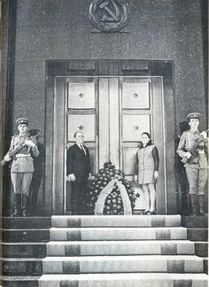 Na Romênia, com a esposa Maria no túmulo das vítimas da Segunda Guerra Mundial.  1972