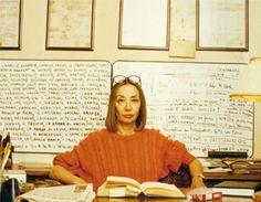 Oriana davanti alla lavagna con gli appunti di Insciallah - Foto - Oriana Fallaci