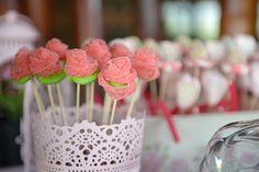 Un Candy Bar es una mesa para que tus invitados se sirvan las gominolas que más les gusten.Es una idea genial para bodas, comuniones o incluso cumpleaños. Candy Table, Candy Buffet, Dulce Candy, Candy Bar Wedding, Baby Birthday, Wedding Planning, Sweets, Cake, Party