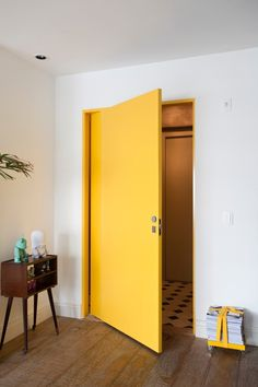 How to paint an interior door - practical tips and over 100 inspiring ideas The big trends in interior design have already been unveiled. On the program: the colorful entrance doors that are true decorative elements. Home Decor Living Room Modern, Living Spaces, Cottage Door, Yellow Doors, Painted Cottage, Woman Bedroom, Painted Doors, Honeycomb Tile, Beautiful Interiors