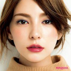 「MAQUIA」10月号では人気アーティスト千吉良恵子さんが、新色ブラウンパレットを主役に今シーズントライすべき秋メイクを提案。今回はTHREEのアイグロスで立体感のある目元をつくるアイメイクをお届け。絶妙な透け感・多彩な表情単色ブラウンカラーも注目...