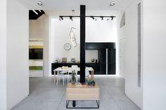 מראה המטבח ודלת הכניסה מכיוון פינת הישיבה. הרצפה כוסתה בטון מוחלק (צילום : גדעון לוין)