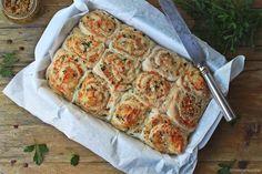 Pão de queijo e paté de azeitonas com orégãos