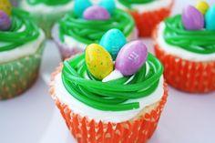 Cupcake mit M&M-Bonbons als Eier und Gummibonbon in Form von grünem Nest für Deko