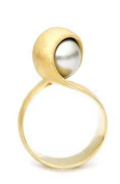 Ring made of 18 carat gold and Tahiti Pearl. Made by Atelier LUZ