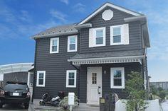 ワイルドでラフなインテリアを盛り込んだアメリカンスタイルの家-株式会社コグマホーム Gable Roof, American Houses, Cute House, Exterior Paint Colors, House Roof, Modern Farmhouse, Life Hacks, Mansions, House Styles