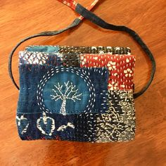 The second BORO Sewing Caddy is done. I had a few long road trips recently. Road trip is good for stitching (if you're not driving of… Patchwork Bags, Quilted Bag, Shibori, Shashiko Embroidery, Couture Main, Boro Stitching, Estilo Hippie Chic, Sewing Caddy, Japanese Bag