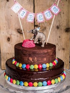 """Zum Geburtstag des Kleinen meiner Freundin Rosa gab es gemäß seinem Wunsch … For the birthday of my girlfriend Rosa's little one there was a circus cake according to his wish. To the motto """"circus"""" you can really let off steam – but I wanted the stage n … Birthday Cakes For Men, Homemade Birthday Cakes, Carnival Birthday Parties, Circus Birthday, Dog Birthday, Fiesta Chicken, Decoration Cirque, Circus Party Decorations, Circus Cakes"""