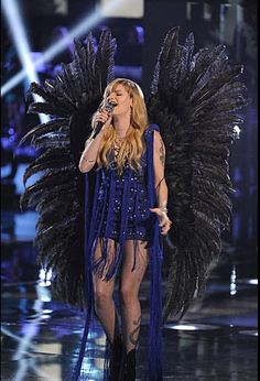 Juliet Simms didn't don black wings on Tuesday, but advanced anyway on The Voice.