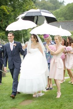 40 Exciting Rainy Wedding Photo Ideas | HappyWedd.com