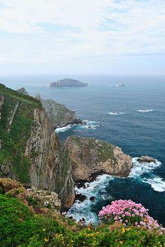Cabo Peñas, Asturias .-El Principado de Asturias, al norte de España, rodeada por Galicia al oeste, el Mar Cantábrico al norte, Cantabria al este y León al sur, es un territorio extenso que … Countries To Visit, Places To Visit, Beautiful World, Beautiful Places, Asturias Spain, Majorca, Andalucia, Spain Travel, Malaga