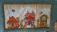Painel executado sobre tapete algodao tear,aplicação tecido motivo casinhas,bordados em quilt manual,bordados laterais em relevo.