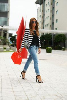 jeans, saco a rayas y zapatos negros abiertos