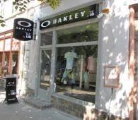 Hivatalos Oakley ruházati márkabolt. Minőségi Oakley pólók, hátizsákok, cipők, szemüvegek.