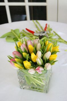 A step by step guide for how to make 4 tulip arrangements. A tulip arrangement is the perfect piece to welcome spring! DIY flower arrangements with tulips. Cut Flowers, Fresh Flowers, Beautiful Flowers, Tulip Centerpieces Wedding, Tulip Season, Tulip Arrangements, White Tulips, Flower Designs, Holiday Crafts