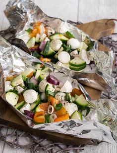 Receta de paquetes de vegetales de mozzarella a la parrilla - MakeItSweet.de - Receta de mozzarella a la parrilla y paquetes de verduras con cebolletas, tomates, champiñones y ca - Barbecue Recipes, Grilling Recipes, Beef Recipes, Salad Recipes, Vegetarian Recipes, Healthy Recipes, Barbecue Bbq, Potato Recipes, Italian Recipes