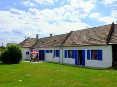 Kupiház ist ein wunderschön renoviertes, traditionelles Dorfhaus in dem ruhigen Dorf Kup in Ungarn.  Das Ferienhaus ist gut ausgestattet mit einer guten Küche und Bad für einen unbeschwerten Urlaub. Ferienhaus Kupiház ist in einer Sackgasse, die zu den Feldern leitet.  Ferienhaus Ungarn, Kupiház in Kup: http://www.ferienhauserinungarn.de/ferienhauser-ungarn-angebote/Ferienhaus_ungarn_kupihaz_kup_199/