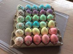 Eieren geverfd lintjes en breigaren van de action.