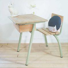 Ancien bureau d'écolier couleur Sauge et bois naturel. Couleur parfaite pour le bureau d'écolier d'Antoine ;-)