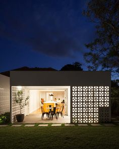 Sydney-based Architect Prineas has redesigned Breeze Block House turning it into a modern and open house. The Breeze Block House was . Architecture Antique, Architecture Design, Outdoor Rooms, Outdoor Living, Breeze Block Wall, Load Bearing Wall, Casa Patio, Design Exterior, Breezeway