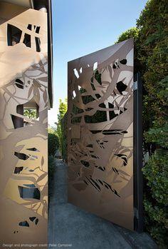 Diseñado por Peter Campbell |  Puerta de Bronce personalizada