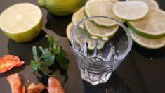Dieser Limetten-Hot-Shot ist schnell zubereitet und muss als Shot natürlich zügig getrunken werden. Das Rezept mit minimaler Schärfe. Cocktails, Fresh Rolls, Ethnic Recipes, Food, Juice, Homemade, Recipies, Craft Cocktails, Essen
