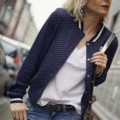 Teddy bleu marine imprimé + t-shirt blanc basique + jean ceinturé = le bon look : http://www.taaora.fr/blog/post/tenue-veste-teddy-bleu-marine-imprimee-sport-chic-t-shirt-blanc-col-v-jean-ceinture-western