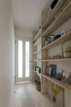 壁面全体を使ったオープン収納の様子