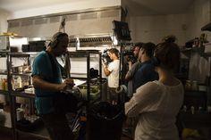 Equipo de grabación de Travel Channel - Food Paradise, en la cocina de The Black Turtle.