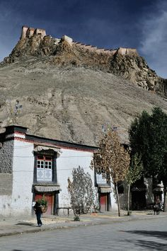 Gyantse, Street & Dzong Tibet   Gyantse Dzong (Fort) is built on the rugged hills surrounding Gyantze town, once the third largest town in Tibet, has an arresting presence.