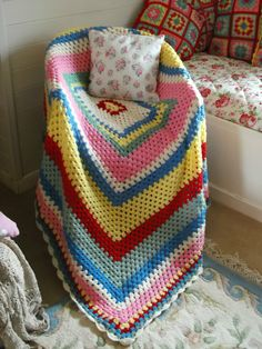 I like the way this was done - similar to one I'm doing now, only with more contrasting colors Crochet Home, Love Crochet, Crochet Granny, Beautiful Crochet, Crochet Crafts, Crochet Yarn, Crochet Projects, Crochet Afghans, Cath Kidston Crochet