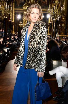 Adorei esta produção fashion da Arizona Muse!⭐ Ela arrasa numa combinação glamourosa de macacão e bolsa azuis, com o toque fashion do blazer de onça. #arizonamuse #fashion #elegant #animalprint + #blue