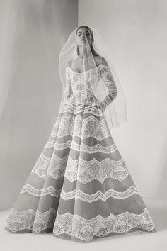 Fidèle à son esprit couture, Elie Saab dévoile cet automne, une nouvelle collection de robes de mariée toute en sophistication. Dentelle à foison, sequins précieux, cascades de tulles... Soit 10 modèles qui viennent étoffer le vestiaire bridal de la maison libanaise.