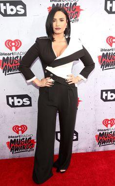 A peça bombou entre as famosas!Demi Lovato, que mandou recado para os haters, estava diva no tapete vermelho do iHe. E! Online Brasil