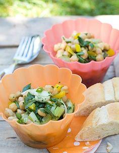Kichererbsensalat  Der Kichererbsensalat mit Sellerie und Lauchzwiebeln ist der perfekte Salat für ein Grill-Picknick: Er wird umso besser, je länger er durchzieht. Zusätzliches Plus für Veganer: Die Kichererbsen liefern wertvolles pflanzliches Eiweiß.