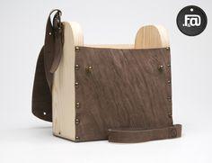 vista frontal de bolso abierto fabricado en madera y cuero