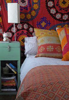"""Já pensou em usar um tecido bem colorido como cabeceira da cama? - via @Cristina Mella / Table on the cat simbol, japanese """"MANEKI-NEKO,it is a lucky simbol"""