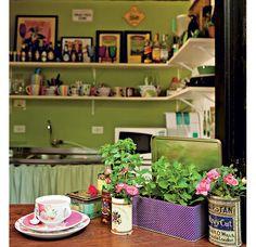 Quer ter uma horta em casa? Experimente plantar em latas de chá. O parapeito da janela é o lugar ideal, se receber a visita do sol por algumas horas. Hortelã, manjericão e minirrosas são espécies que se adaptam. Projeto da paisagista Claudia Muñoz. (Foto: Edu Castello/Editora Globo)