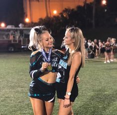 Famous Cheerleaders, Cheerleading Photos, Cheerleading Outfits, Cheer Picture Poses, Cheer Poses, Great White Sharks Cheer, Cheer Team Pictures, Cheer Workouts, Cheer Outfits
