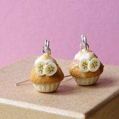 De délicieuses boucles d'oreilles 'Banana Story Cupcakes' en pâte Fimo.  À la vanille, dans leurs petites caissettes jaune pastel, glacés à la banane