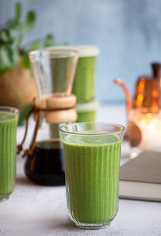 Grøn smoothie fyldt med lækre grøntsager og som tilmed smager virkelig lækkert og cremet - her får du en skøn opskrift på en greenie Protein Smoothie Recipes, Juice Smoothie, Protein Foods, Smoothie Bowl, Fruit Smoothies, Healthy Smoothies, Broccoli Smoothie, Juicy Juice, Beverages