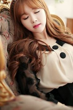 Kim Shin Yeong looks like a doll.