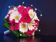 Klassiek bruidsboeket met gerbera's en witte parels Gerbera Bridal Bouquet, Bridal Flowers, Wedding Bouquets, Hot Pink Weddings, Gerber Daisies, Corsage, Marie, Floral Design, Floral Wreath