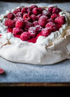 Looking for Fast & Easy Dessert Recipes! Recipechart has over free recipes for you to browse. Find more recipes like Fresh Raspberry Curd & Vanilla Whipped Cream Pavlova. Easy To Make Desserts, Just Desserts, Delicious Desserts, Dessert Recipes, Chef Recipes, Cupcakes, Cupcake Cakes, Pavlova Cake, Mini Pavlova