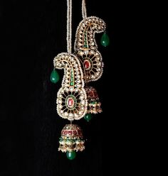 Dazzling Jhumka Designs for Brides to take Inspiration from! Gold Earrings Designs, Necklace Designs, Jhumka Designs, Mughal Jewelry, Antique Jewelry, Indian Wedding Jewelry, Indian Jewelry, Indian Earrings, Royal Jewelry