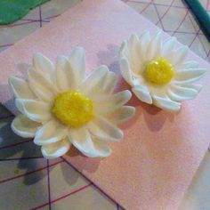 Vanilla Bean Girls - Tutorial for how to make gumpaste daisies for cake or cupcake decorating