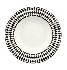 Djup tallrik Tjäder i benporslin med ett grafiskt svartvitt mönster i harlequinstil. Passar både som vardagsporslin såväl som till festdukningar.